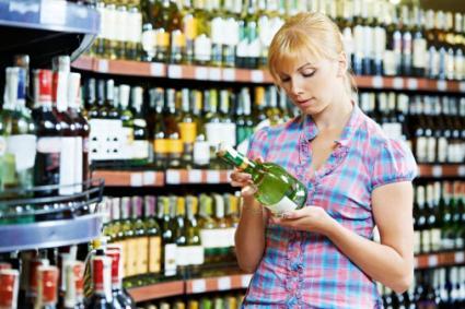 Mujer para compras de vino espumoso