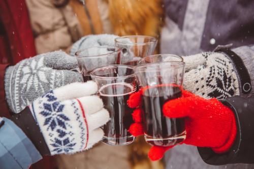 Brindando con vino caliente
