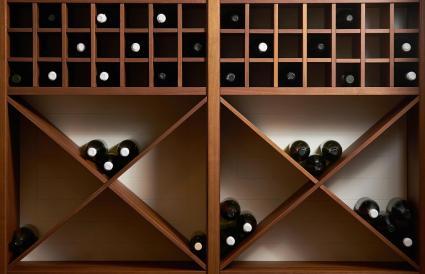 Botellas de vino en un estante de madera