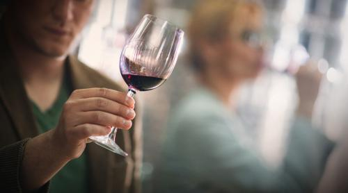Examinar el color de un vino