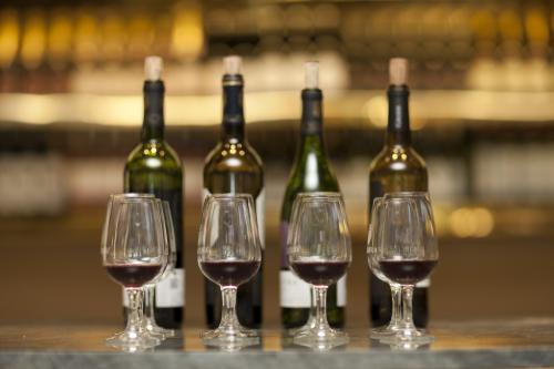 Vasos y botellas de vino tinto