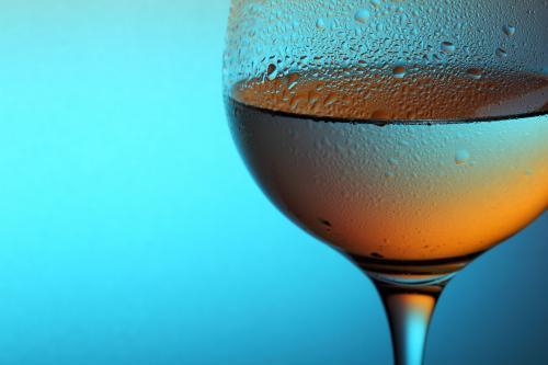 Vaso frío de vino blanco Zinfandel