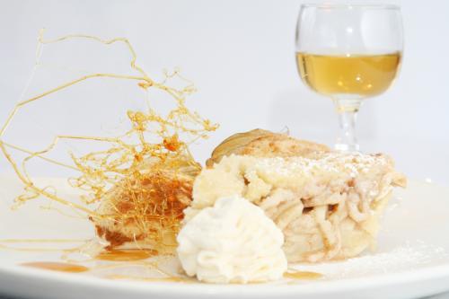 Tarta de manzana con caramelo, nata montada y vino