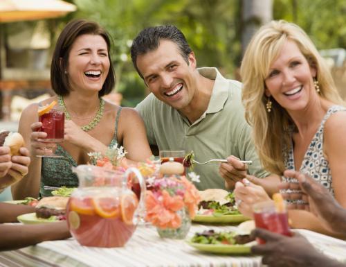 Amigos reunidos para cenar bebiendo sangría española