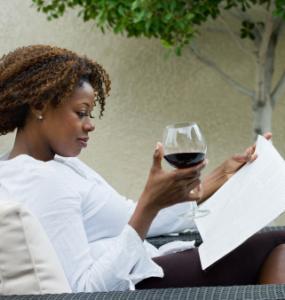 Bebiendo vino tinto