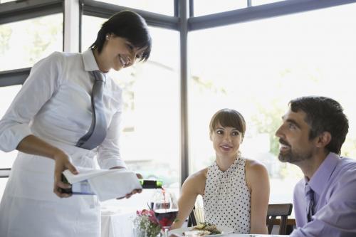 Servicio de vino en un restaurante
