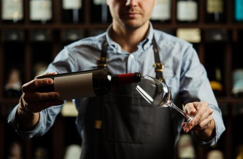 Servidor vertiendo vino