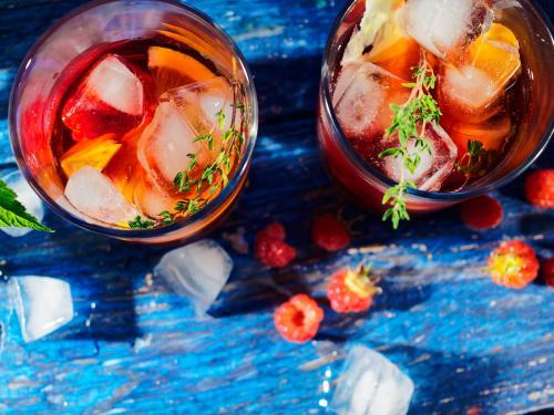 Copas de sangría adornadas con frutas y tomillo