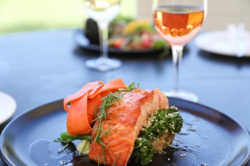 salmón y vino rosado
