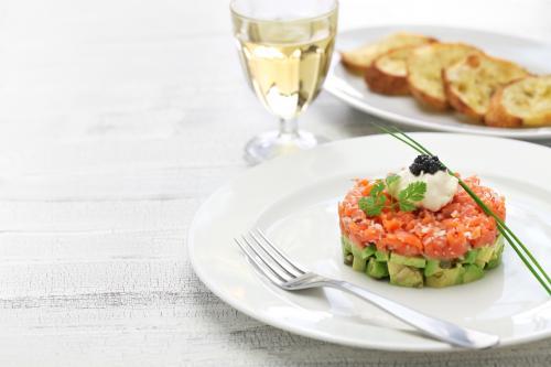 Tartar de salmón al vino blanco