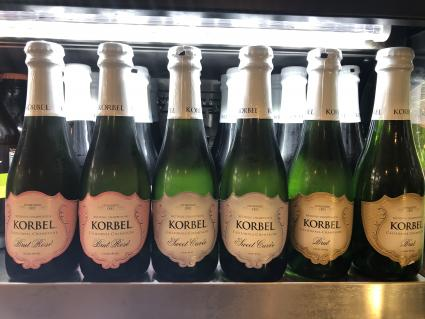 Botellas de champán Korbel alineadas en una fila
