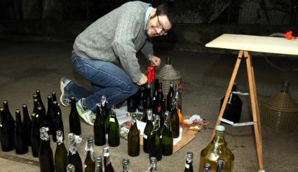 Hombre haciendo vino en casa