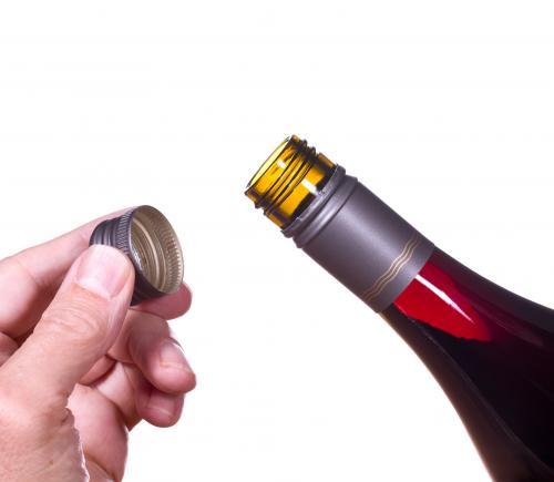 Quitar la tapa de rosca de una botella de vino