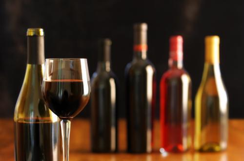 Botellas de vino y vidrio