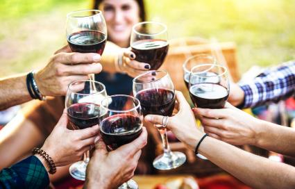 Manos brindando vino tinto