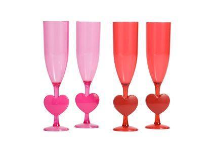 Tallos de corazón en copas de champán de plástico