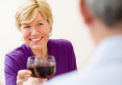 personas mayores de vino tinto