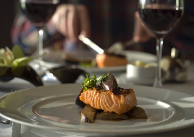 salmón y vino