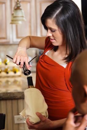 abriendo botella de vino
