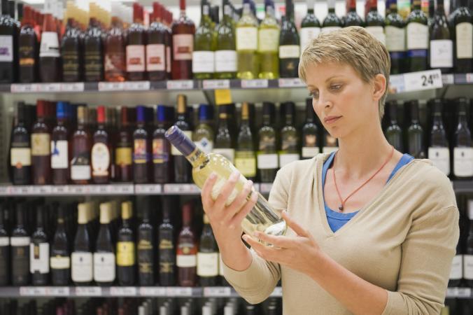 Mujer sosteniendo una botella de vino