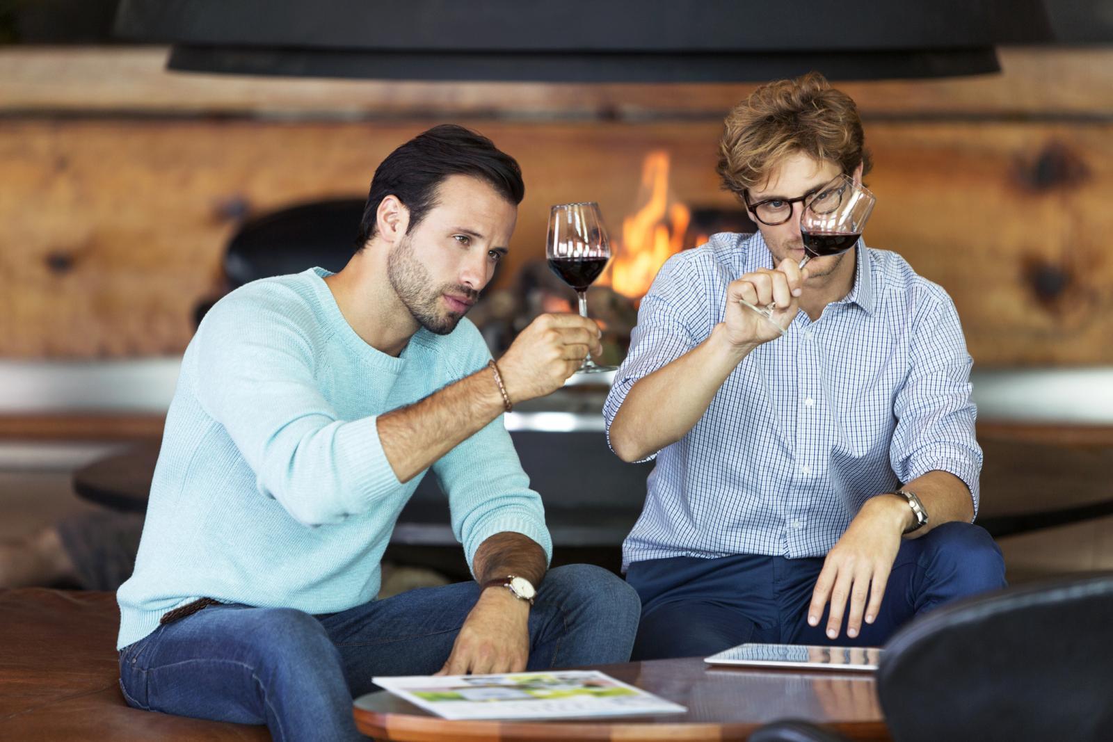 Hombres cata de vino tinto en bodega sala de degustación
