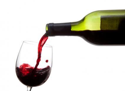 vino tinto vertido en un vaso