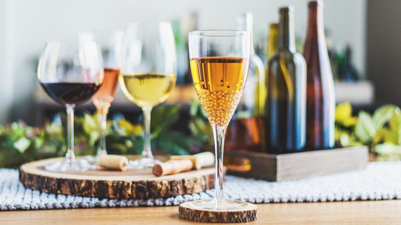 Pantalla de cata de vinos con varias botellas de vino y copas.