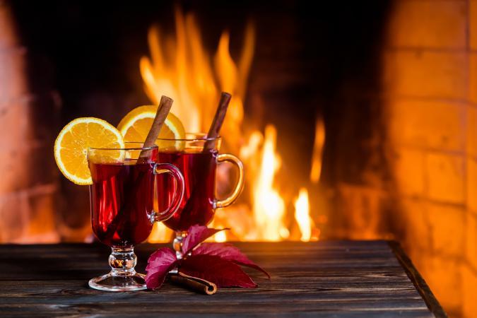 Vino caliente junto al fuego