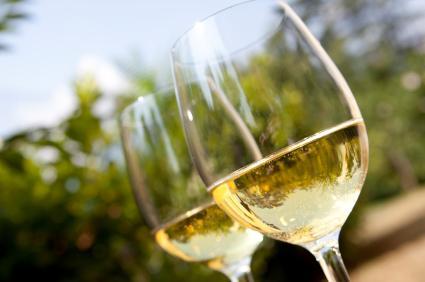 vasos de vino blanco