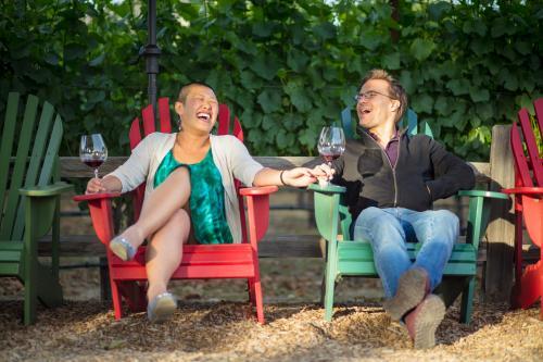Pareja bebiendo vino en Sonoma