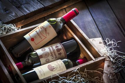 Botellas de vino envasadas en una caja de madera.