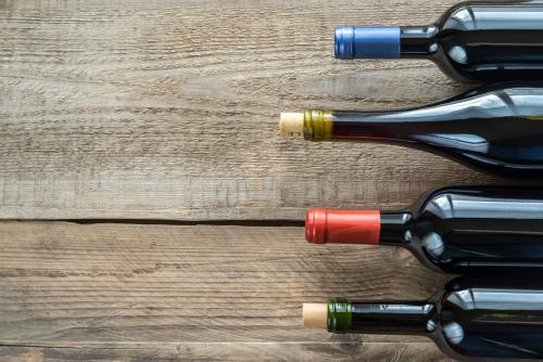 Botellas de vino tinto en barnwood