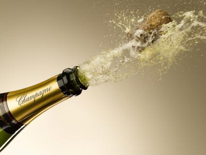 Champagne y corcho explotando de botella