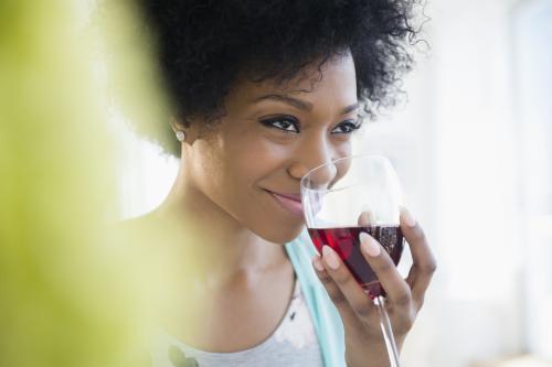 Oler los aromas de un vino