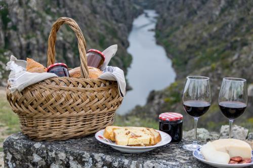 Picnic con mermelada y vino