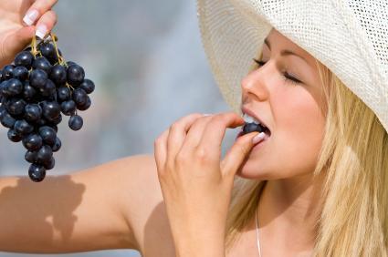 comiendo uvas
