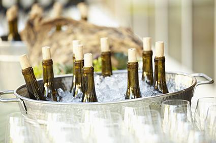 Botellas de vino enfriándose en hielo