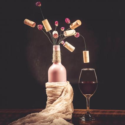 Botella con un ramo de corchos y flores
