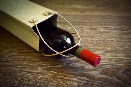 Bolsa de regalo con vino tinto