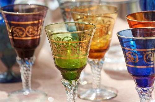Copas de vino coloridas con pan de oro