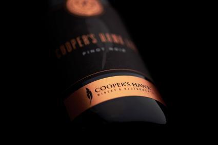 Detalle de la botella de vino Cooper's Hawk