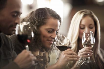 Amigos degustando vino juntos