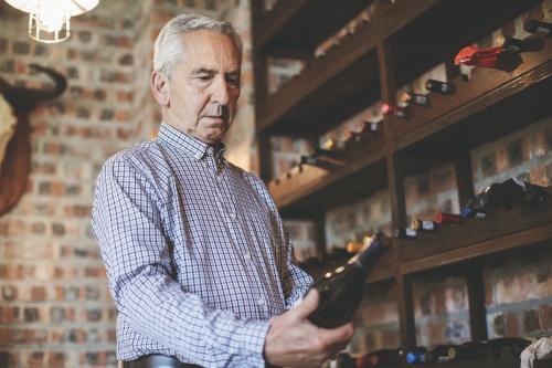 Hombre en un armario de vinos