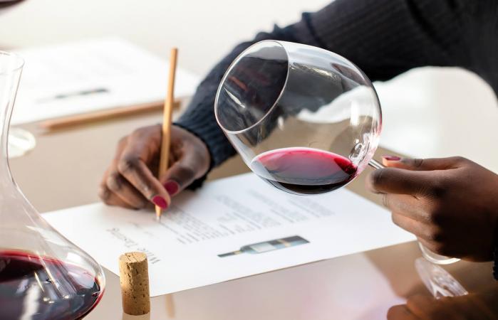 mujer evaluando vino tinto