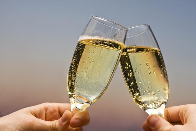 Brindis con copas de champán