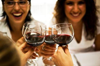 amigos en la fiesta de cata de vinos