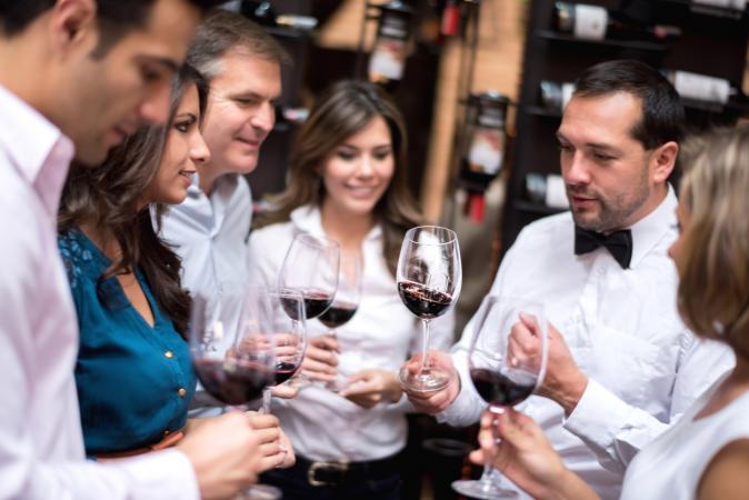Grupo de amigos cata de vinos