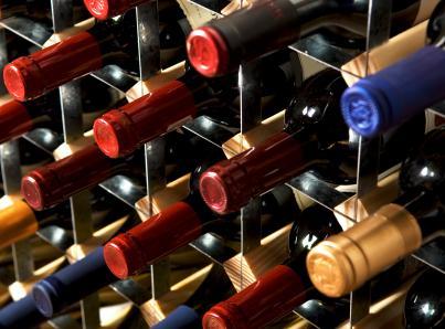 botellas de vino en estanterías
