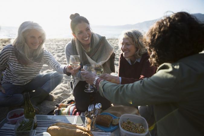 Beber vino en un picnic en la playa