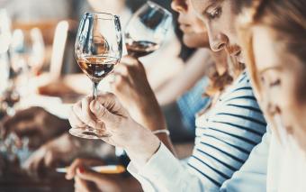 Personas en una fiesta de cata de vinos.